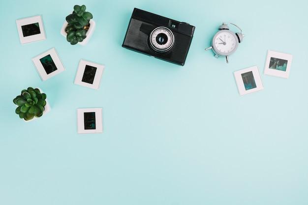 Камера вид сверху с негативами, часами и растениями Бесплатные Фотографии