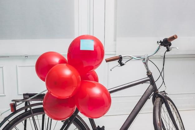 サイクルに固定されたステッカーと赤い風船 無料写真