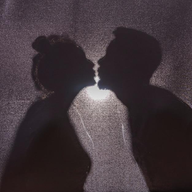 カップルのキスのシルエット 無料写真