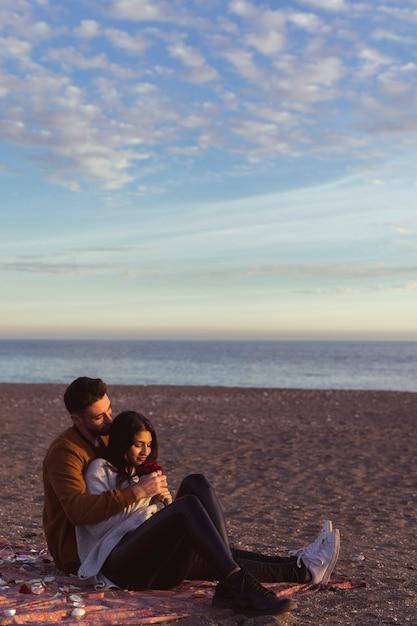 砂浜の海岸に掛け布団の女性ハグ女性 無料写真
