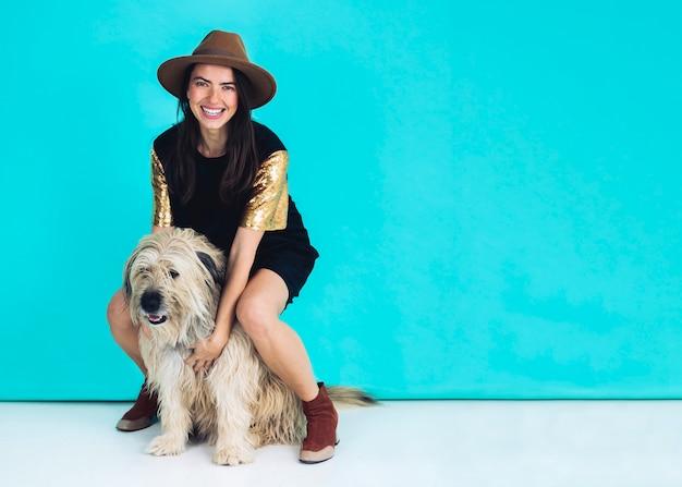 Современная женщина позирует с собакой Бесплатные Фотографии