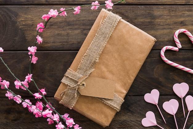 花と飴のついた小枝の間に存在するボックス 無料写真