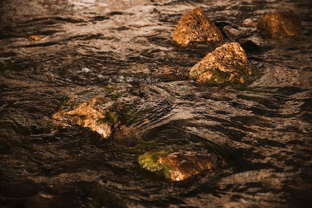 崖の大きな黒い岩 無料写真