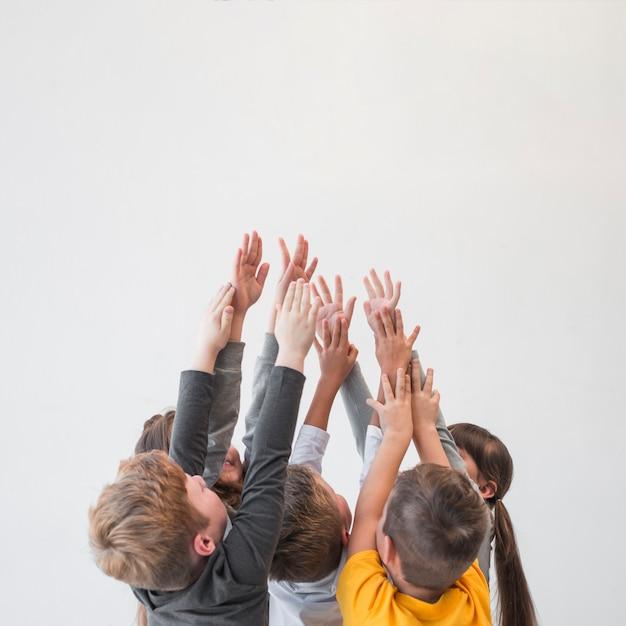 手を上げた子供たち 無料写真