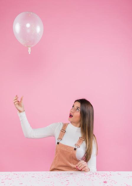 気球で遊ぶ若い女性 無料写真
