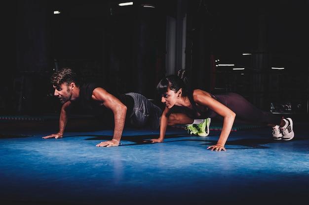 Тренировка пар в спортзале Бесплатные Фотографии