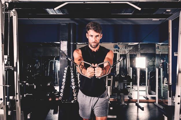 男のジムでトレーニング 無料写真