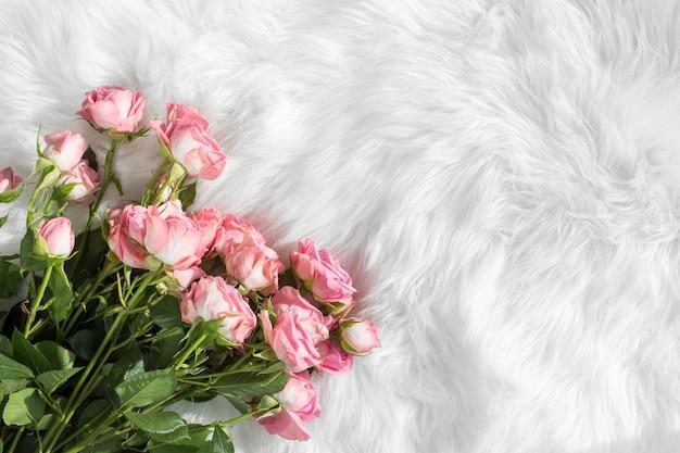 ウールの掛け布団に新鮮な花 無料写真