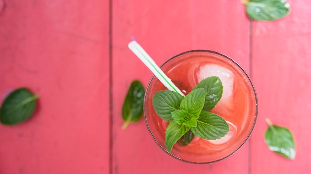 ハーブとさわやかな赤い飲み物 無料写真