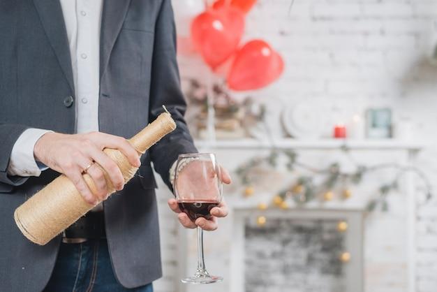 Урожай человек наливает красное вино в бокал Бесплатные Фотографии