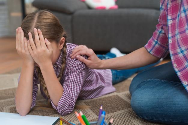 彼女の女性心理学者によって慰め悲しい泣いている女の子のクローズアップ 無料写真