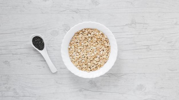 麦とチア種子の木製のテーブルの上の高角度のビュー 無料写真