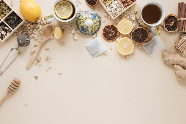 様々なハーブスプーン;ハニーディッパー。茶こし;ドライグレープフルーツと食材 無料写真