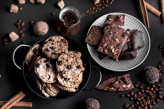 Вид сверху шоколадное печенье мюсли и шоколад на черном фоне Бесплатные Фотографии