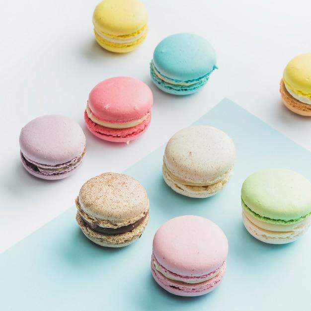 Много красочных миндальное печенье на двойном фоне Бесплатные Фотографии