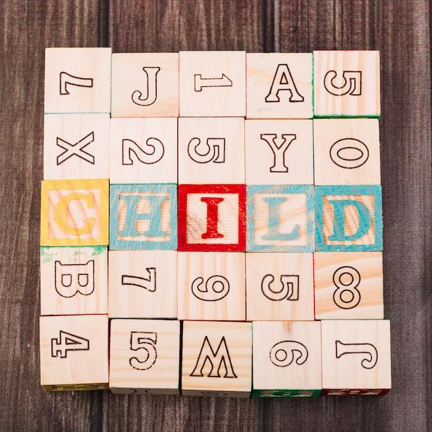 子碑文の木製キューブのコレクション 無料写真
