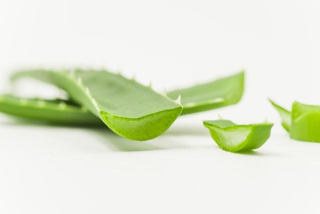 白い背景の上のアロエベラ自然有機再生化粧品のスライス 無料写真