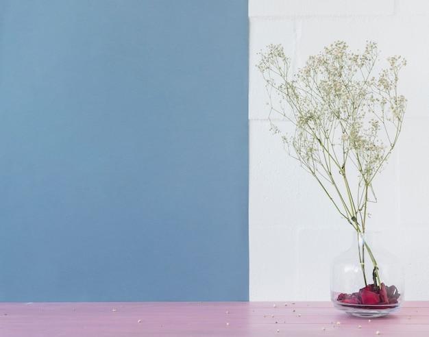 レンガの壁の近くの花瓶に緑の植物の小枝 無料写真