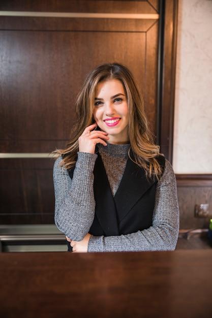 受付で魅力的な女性実業家の肖像画 無料写真
