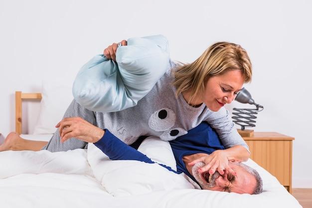Пожилая женщина в кровати