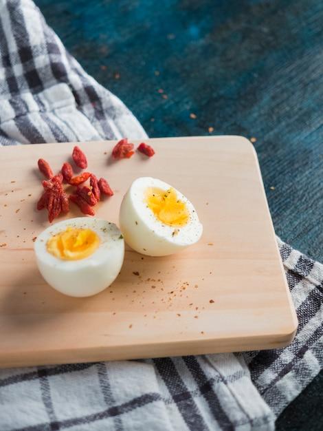 木の板にゆで卵 無料写真
