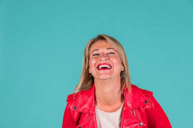 赤い服を着て笑っている高齢者の女性 無料写真