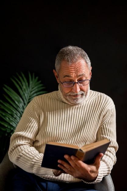 本を読んで驚いた老人 無料写真