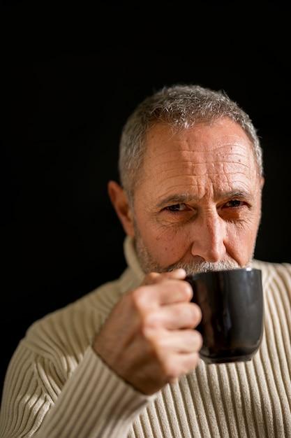 深刻な高齢男性の飲酒とカメラ目線 無料写真