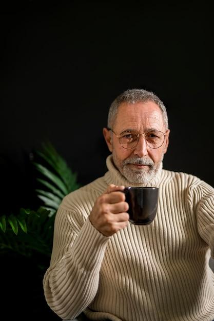 温かい飲み物とメガネの老人 無料写真