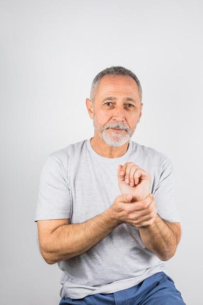 Пожилой мужчина держит руку портрет Бесплатные Фотографии