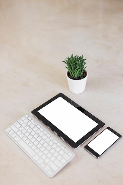 Планшет и смартфон с пустыми экранами на столе Бесплатные Фотографии