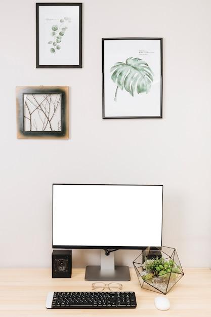 テーブルの上のキーボードとコンピューターモニター 無料写真