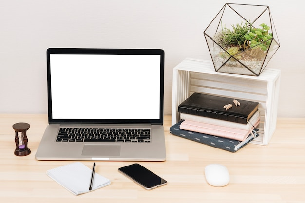 木製のテーブルの上のノートとラップトップ 無料写真