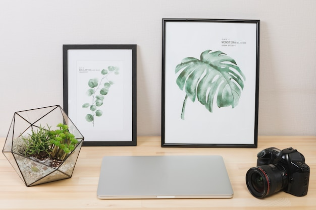 Ноутбук с картинками и камерой на столе Бесплатные Фотографии
