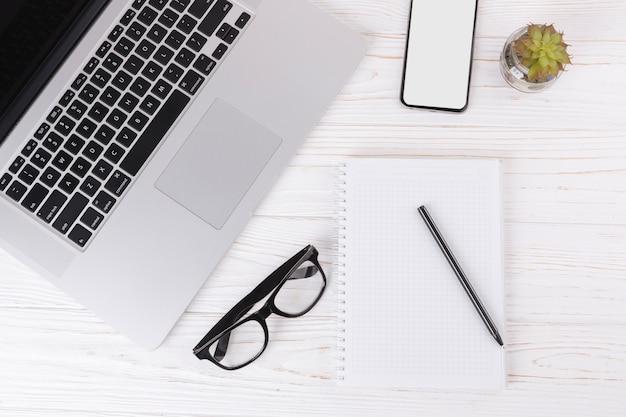 ノートパソコンとテーブルの上のグラスとノートパソコン 無料写真