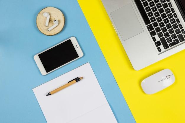 紙とイヤホン付きスマートフォン 無料写真