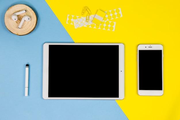 タブレットとイヤホンのテーブルの上にスマートフォン 無料写真