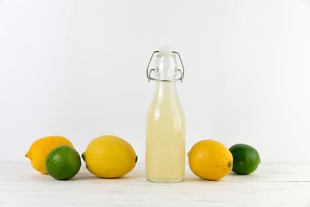 ライムと新鮮な自家製レモネードのボトル 無料写真