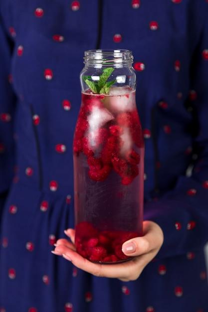 瓶の中の新鮮なアイスラズベリージュースを閉じる 無料写真