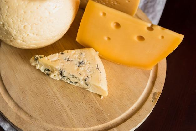 木の板にフレッシュチーズのセット 無料写真