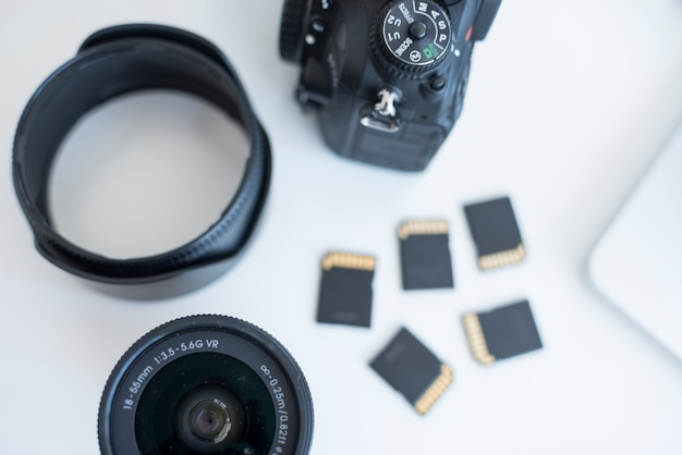 机の上のメモリカードとカメラアクセサリーの立面図 無料写真