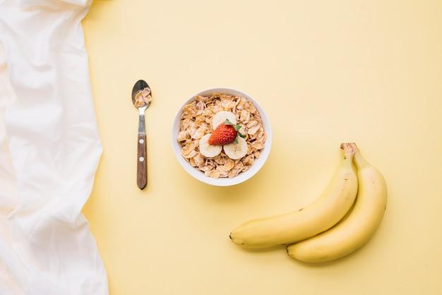 Кукурузные хлопья с фруктами в миске Бесплатные Фотографии