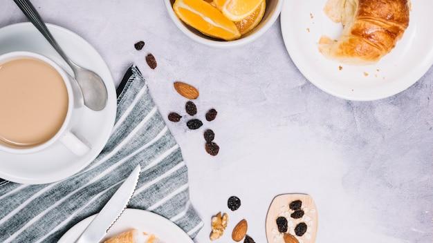プレート上のクロワッサンとコーヒーカップ 無料写真