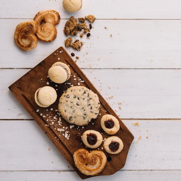 木の板にさまざまなクッキー 無料写真