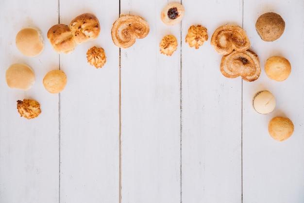 木製のテーブルに別のクッキー 無料写真