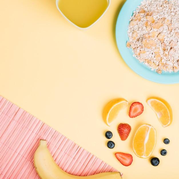 Овсянка на тарелке с фруктами на столе Бесплатные Фотографии