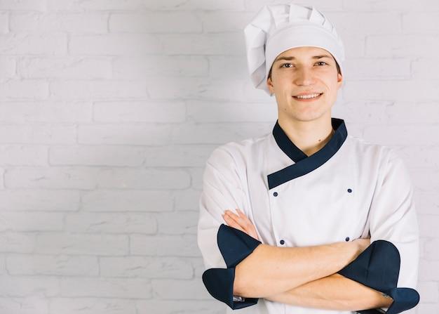 若い料理人の胸に腕を交差 無料写真