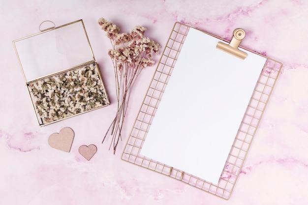 Украшение сердца возле цветов в коробке, растений и бумаги Бесплатные Фотографии
