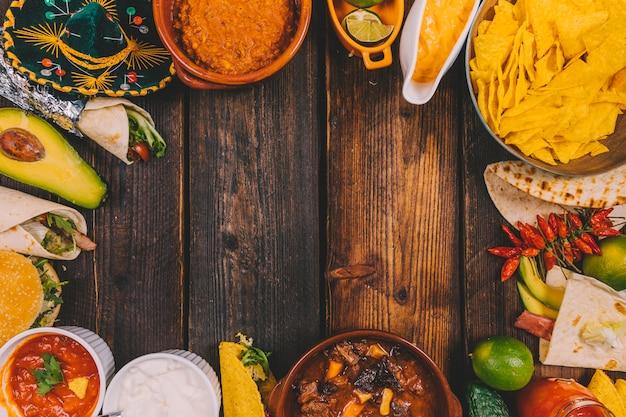 おいしいメキシコ料理を木製のテーブルの上のフレームに配置します。 無料写真