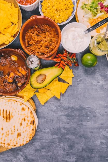 コンクリートの背景上のおいしいメキシコ料理の様々な 無料写真